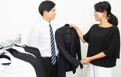 ヘアメイクと男子就活生が証明写真用のレンタルスーツを選ぶ写真