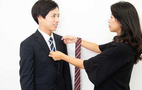 ヘアメイクと男子就活生が証明写真用のレンタルネクタイを選ぶ写真