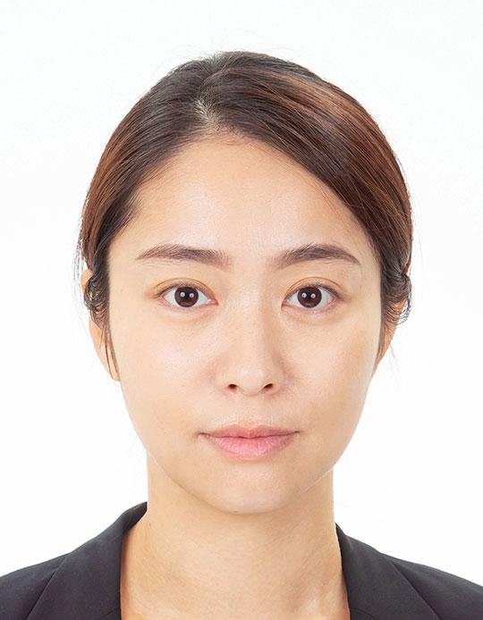 女性のパスポート写真のビフォー