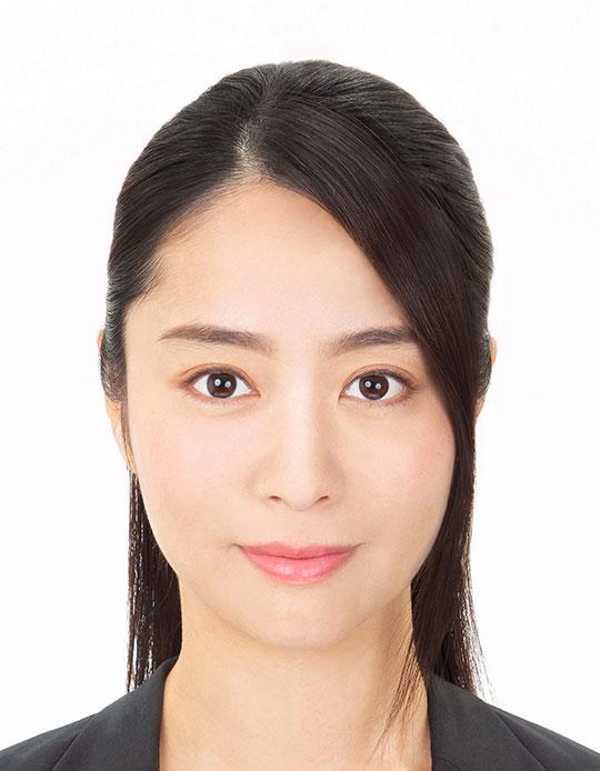 プロのヘアメイクとカメラマンが撮影した女性のパスポート写真アフター
