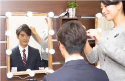 女性ヘアメイクにヘアメイクをされている就活男子写真