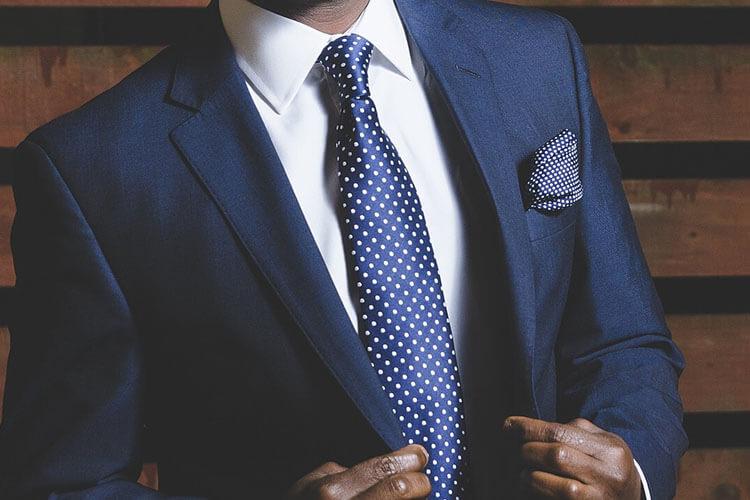 就活の証明写真のボタンはどこまで開けるのが正解?スーツ・シャツ両方解説!