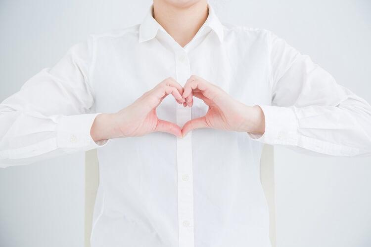 就活証明写真で女性が着るべきシャツ (ブラウス)をプロが解説