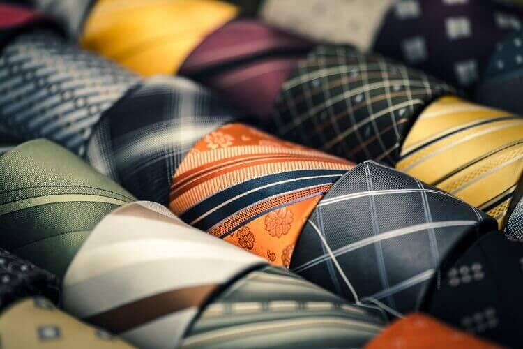就活の証明写真でネクタイはどう着けるべき?色、柄、結び方までプロが徹底解説