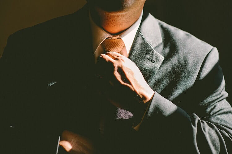 【プロが教える】就活の証明写真に適した男性シャツの着方!色や柄、ボタンはOK?4