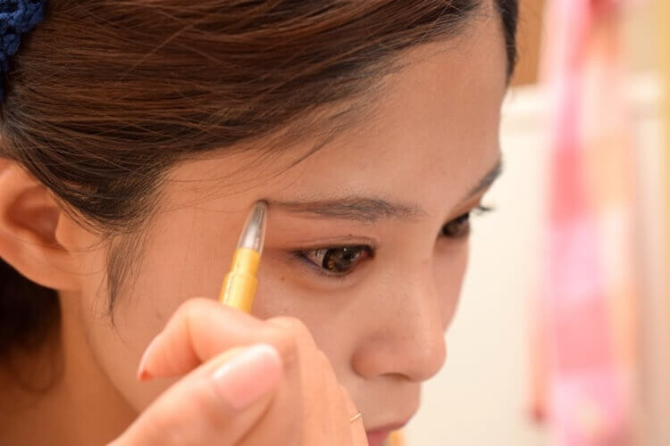 就活写真に適したアイブロウパウダーの色味や塗り方をヘアメイクが解説2