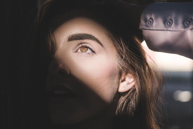 就活写真に適したアイブロウパウダーの色味や塗り方をヘアメイクが解説1