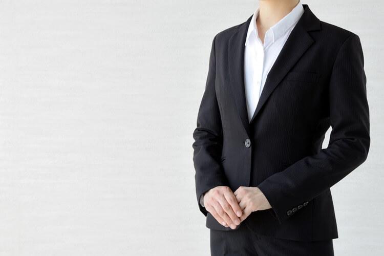 就活の証明写真の襟元のルールを完全解説!シャツの襟はスーツから出すのか、ボタンは開けるのか?2