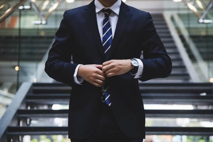 就活の証明写真の襟元のルールを完全解説!シャツの襟はスーツから出すのか、ボタンは開けるのか?1
