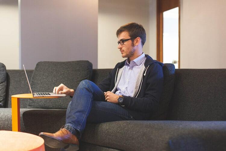IT志望の就活生のために戦略的な就活証明写真の服装や撮り方をプロが紹介2